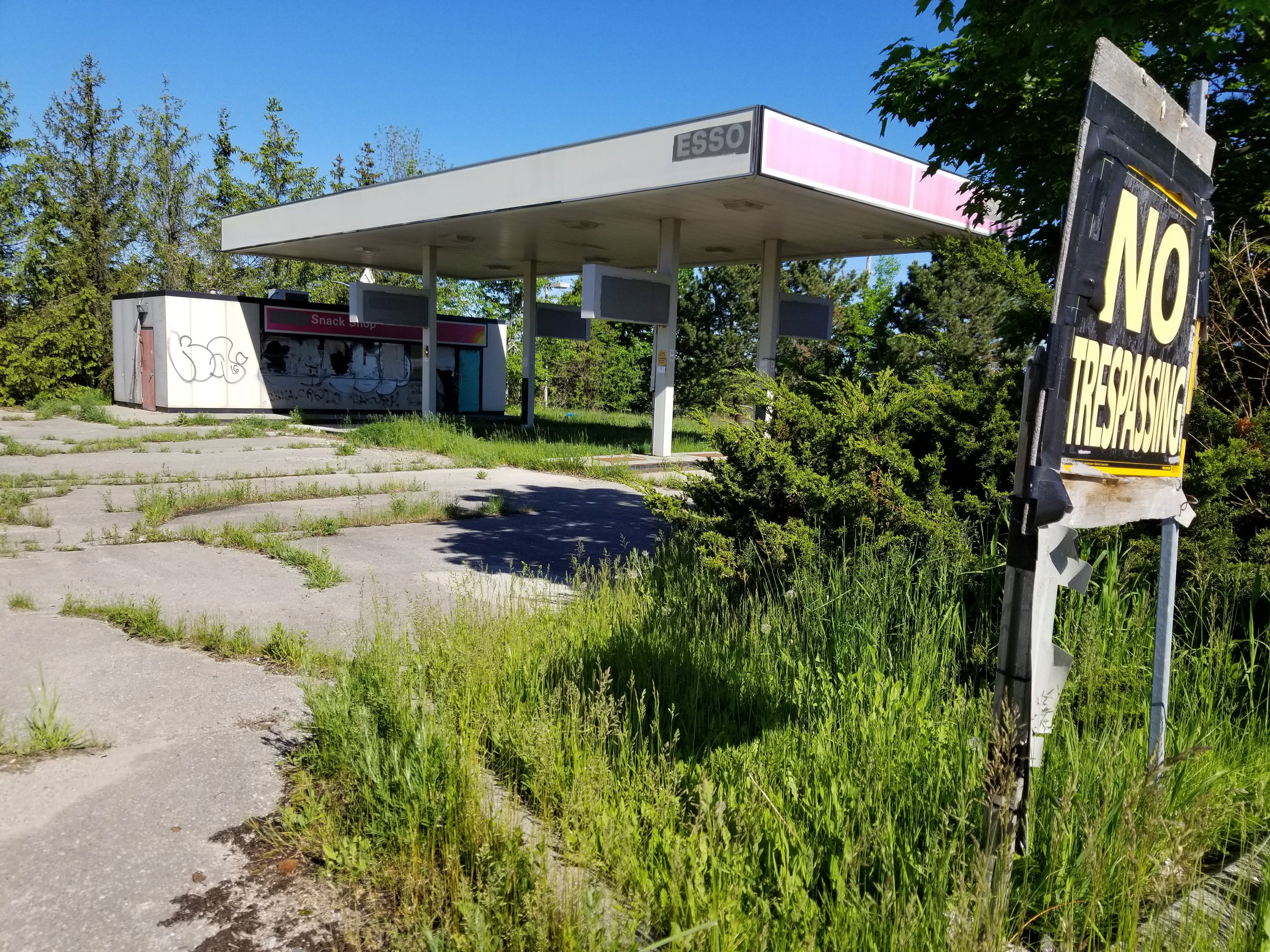 What S Going On Here Abandoned Mono Gas Station Prompts Property Standards Complaints